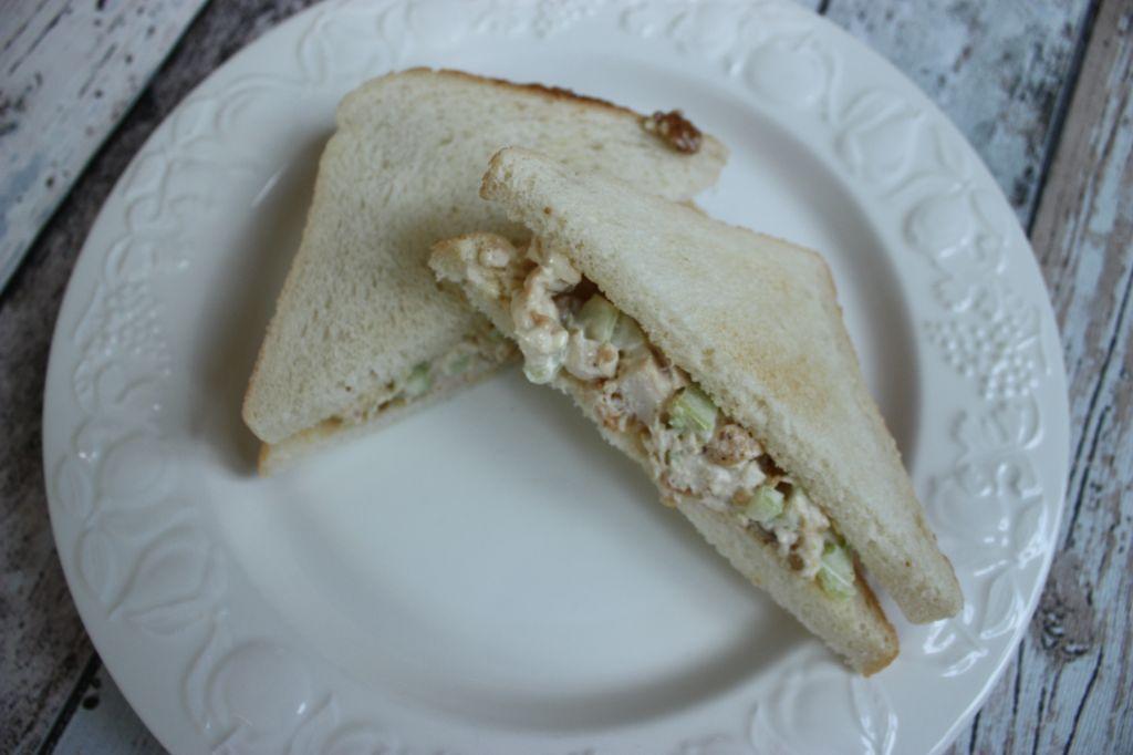 Sandwich met kip, selderij en walnoten