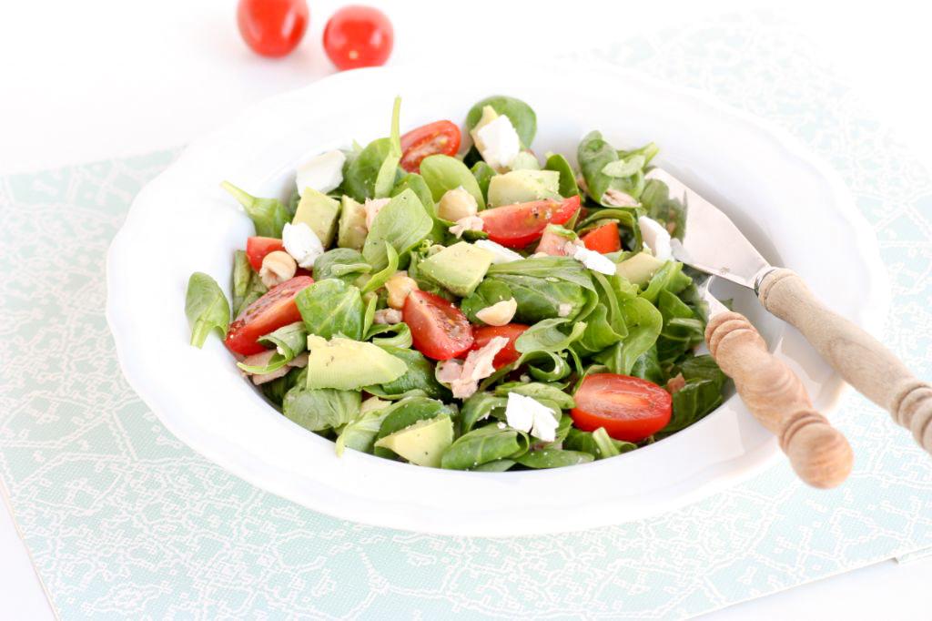 Salade met tonijn, geitenkaas, tomaat en avocado