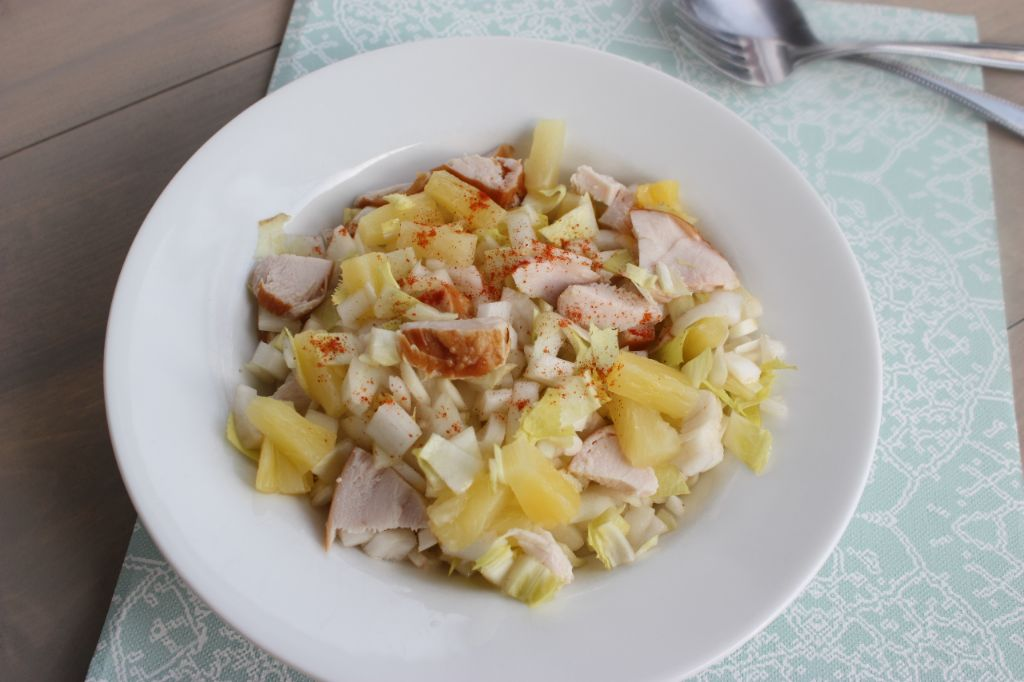 witlofsalade met ananas, appel en gerookte kip