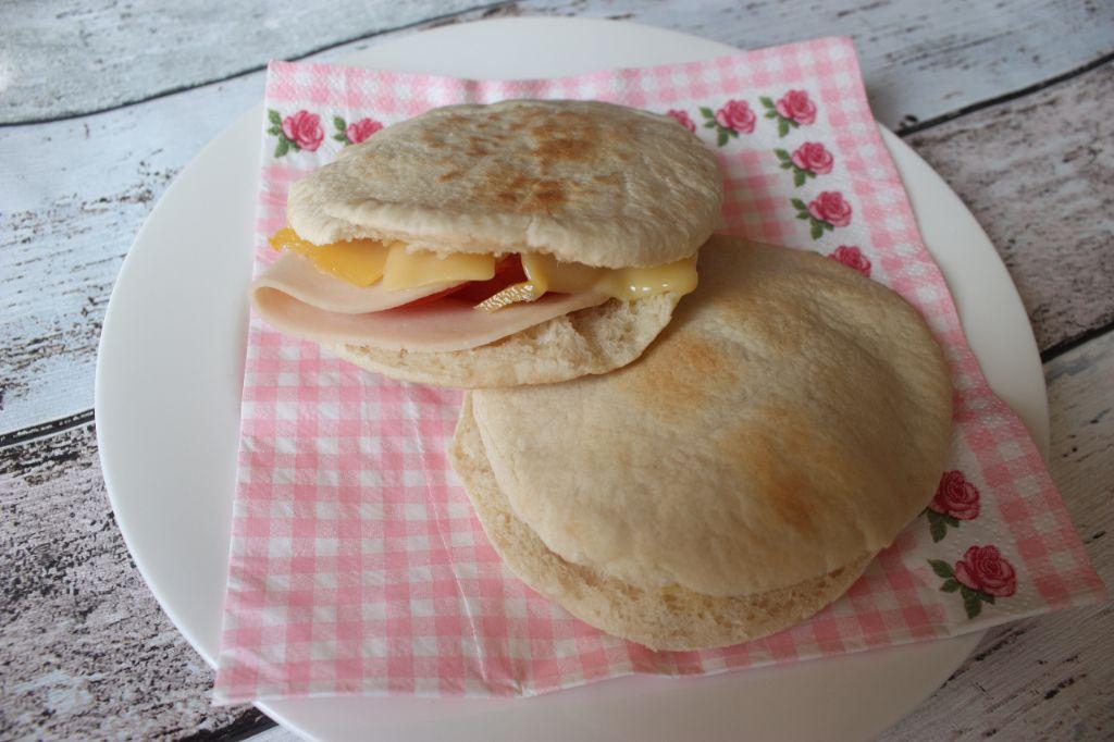 pitabroodje met kaas, kip en tomaat