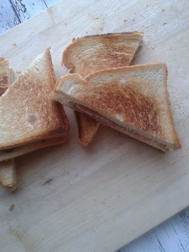 tosti met gerookte zalm en boursin