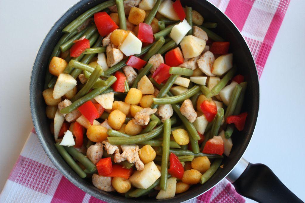 Krieltjes met sperziebonen, paprika en kip