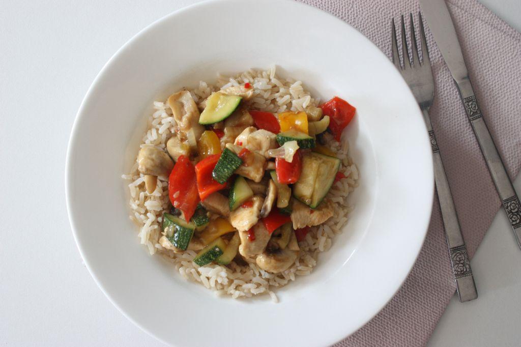 Rijst met kip, groenten en ketjapsaus
