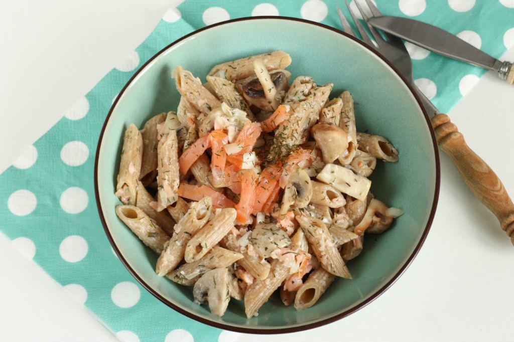 Pasta met zalmsnippers, champignons en kruidenkaas