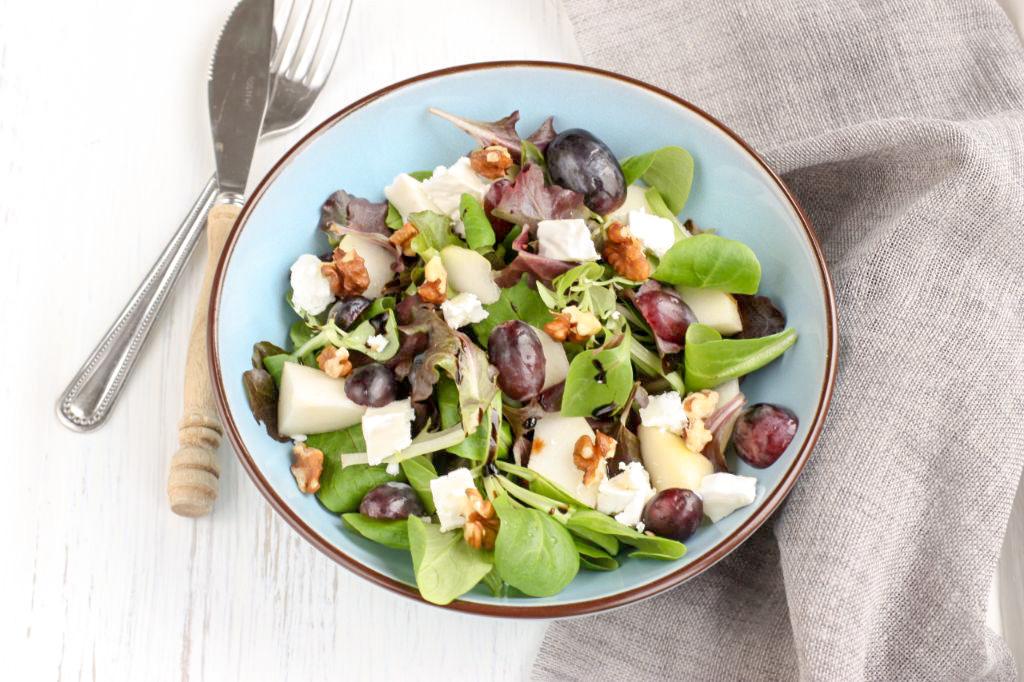 Salade met peer, geitenkaas, druiven en walnoten