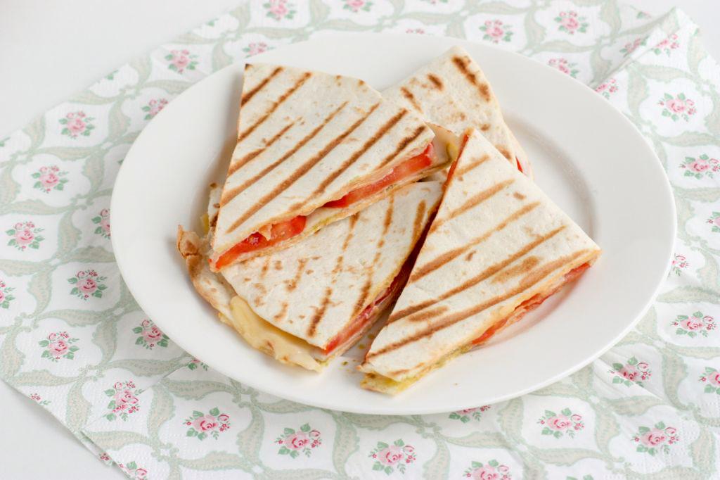 Tosti-wrap met kipfilet, kaas en tomaat