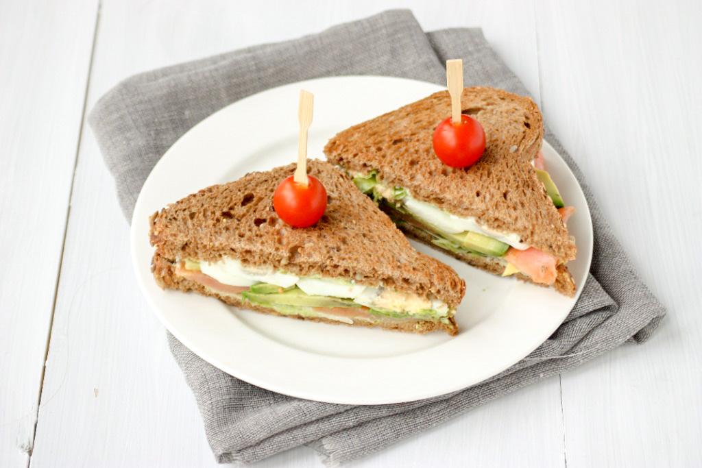 Sandwich met zalm, avocado en ei