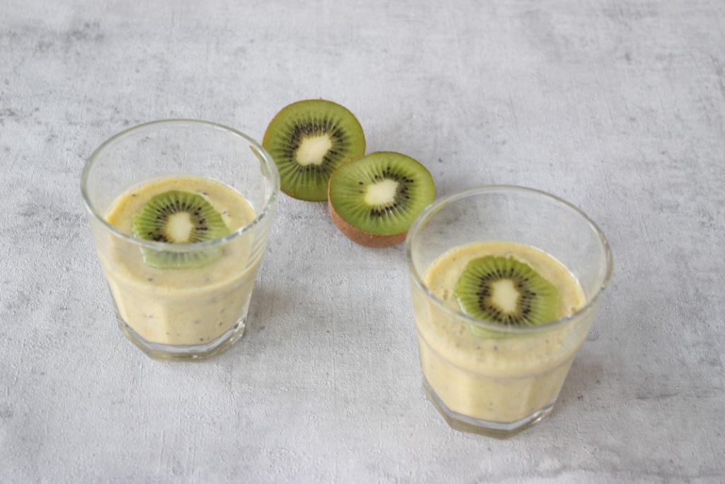Power smoothie met kiwi, mandarijn en gembersiroop